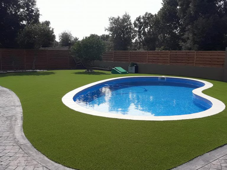 piscina con cesped artificial